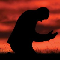 Guy-praying-in-the-field-02